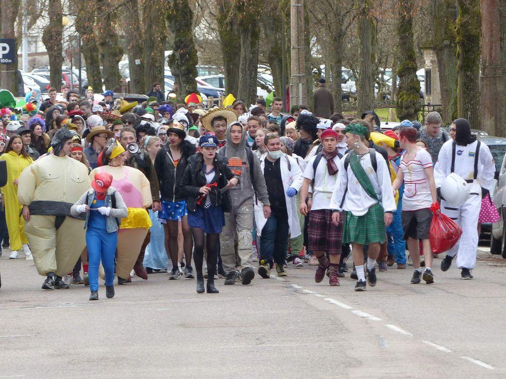 Un défilé chamarré de jeunes agréables et rigolards