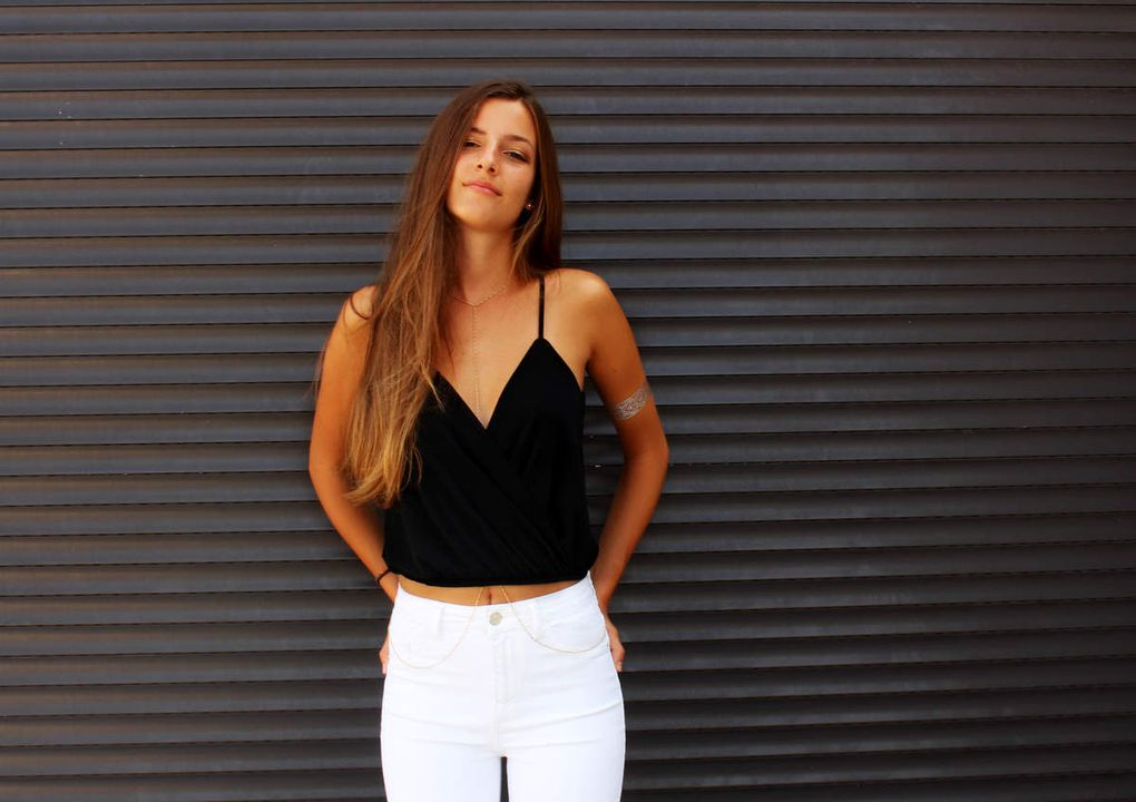 top Brandy Melville // jean blanc taille haute Pull&Bear // body chain Subdued
