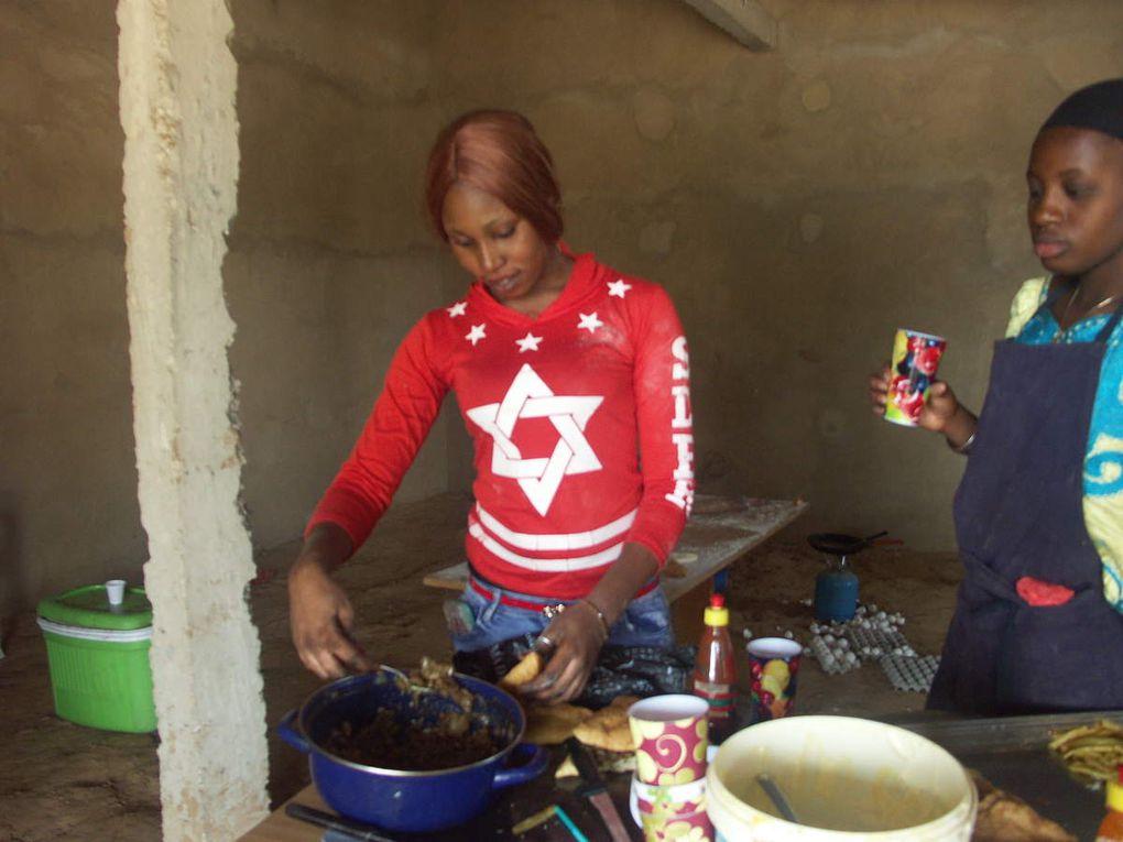 eine kleine Weihnachtsfeier mit leckeren Fataya für alle, von Pierre und den Nähschülerinnen zubereitet
