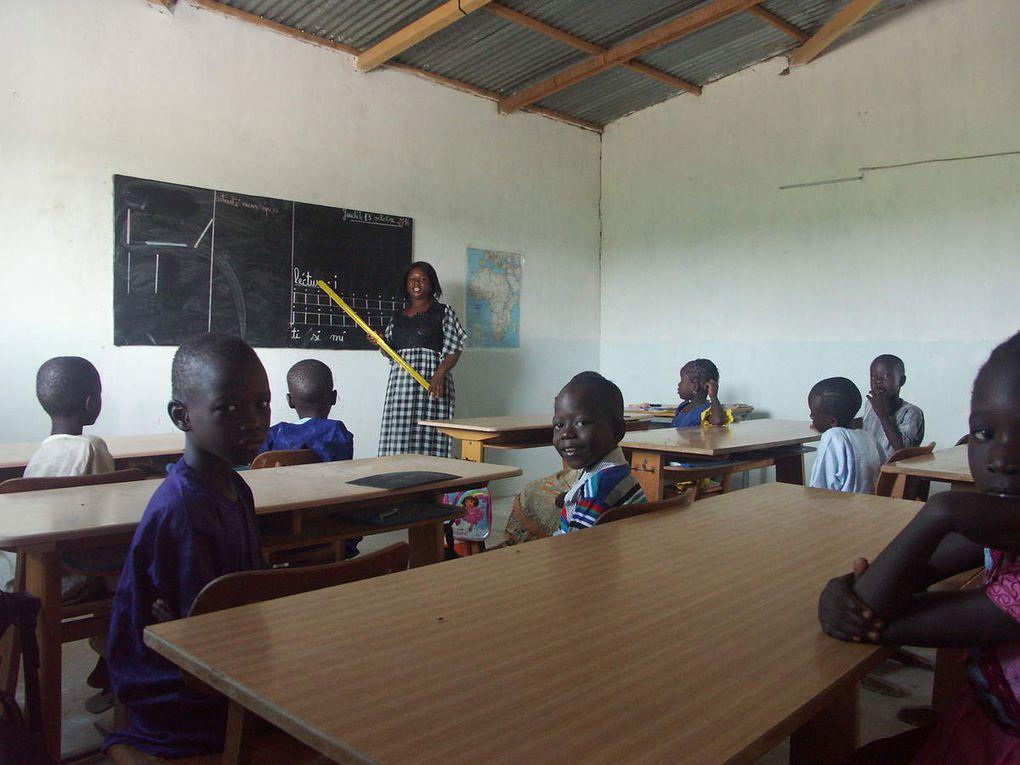 Unsere erste zweisprachige Grundschulklasse (Wolof-Französisch) beginnt mit nur 17 Schülern - ideal für ein Pilotprojekt - und einer energischen und motivierten jungen Lehrerin.