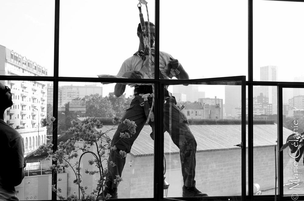 Acrobate dans le ciel de Puteaux? Non, un nettoyeur de vitres pour la véranda du 2ème étage......je vous laisse apprécier