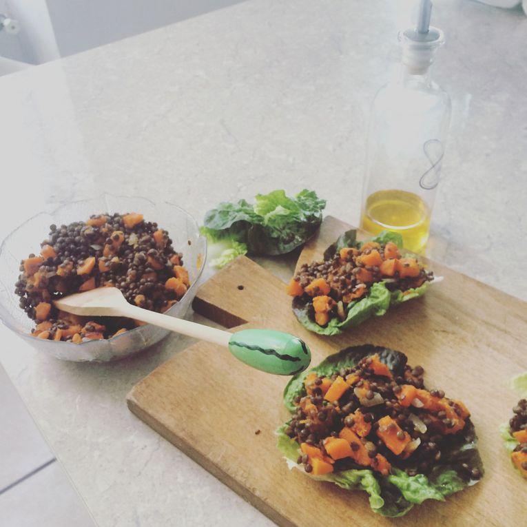 Lentilles et courge sur feuilles de salade