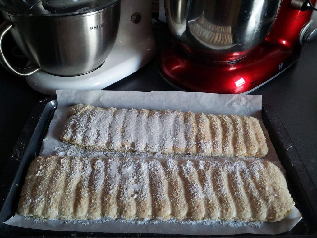 Biscuits cuillères en cartouchière, mes 1eres, avec l'entrainement ça sera de mieux en mieux, le goût et la texture au top, j'ajouterai au fur et à mesure mes essais