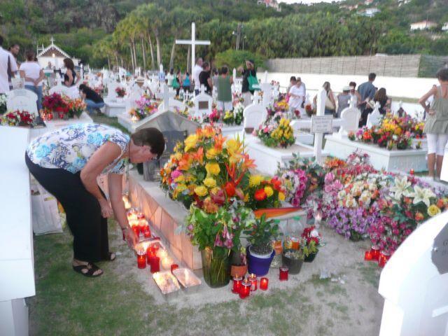 """Prière en famille sur la tombe de Grand père :""""Merci Grand père d'avoir été vivant. Sans toi, mon petit cousin et moi, nous ne serions pas là. Moi je crois que tu es vivant. Et je suis heureuse de l'être aussi. Je te dis merci mon Dieu"""""""