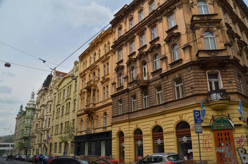 dans le musée communiste, des maisons, tags au centre-ville, une boulangerie, des immeubles...