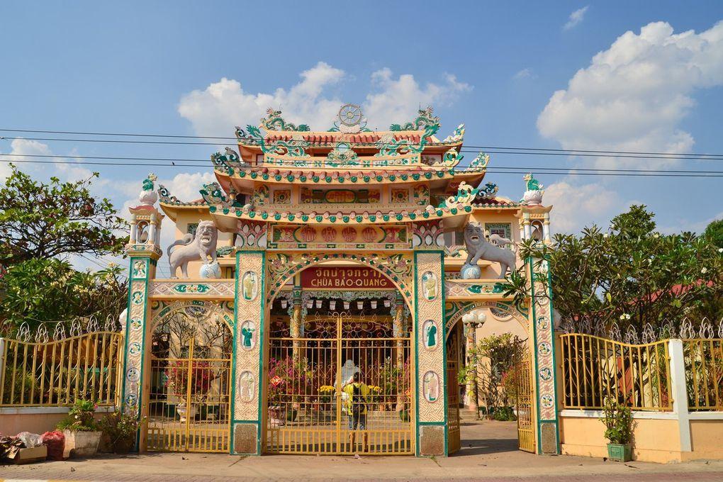 Une église et de très beaux temples récents et d'autres très anciens dans la ville de Savannakhet