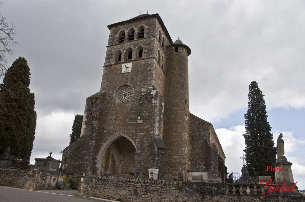 6 photos : Eglise St Sauveur (XVéme, XVIéme). Porche (XVéme) avec archivolte flamboyante surmontant les portes jumelles.Croix calvaire (XVéme)