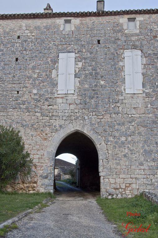 3 photos : Ancienne entrée du castrum et le portail de l'ancienne église Sainte-Catherine.