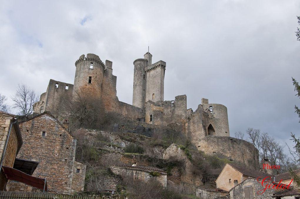 5 photos du château prisent du bas du village.