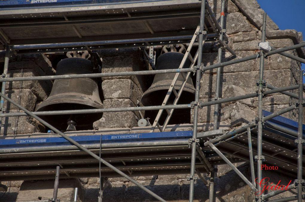 Diaporama : 3 photos. Eglise en restauration. Cloches. Le  mécanisme contois de l'horloge : les poids.
