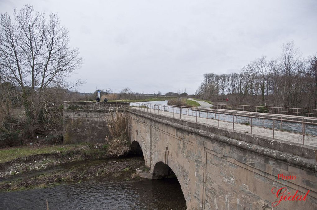Diaporama : 3 photos. L'église de Trèbes. Le pont cana sur l'Orbiel. Pont à 3 arches.l.