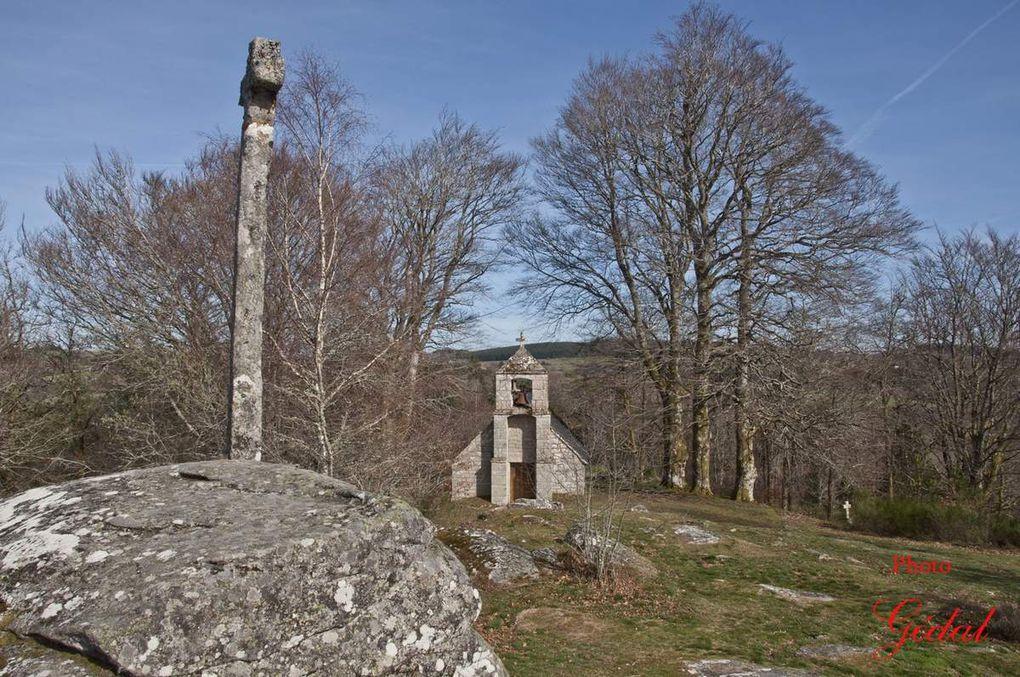 Diaporama : 3 photos. Le rocher et la chapelle.