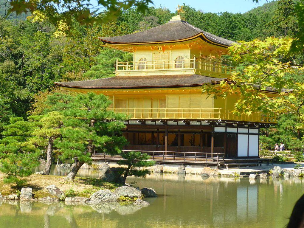 Le palais d'or, les centaines de touristes qui passent pour prendre une photo (dont moi......), un temple comme tant d'autres en bois très foncé, les portes coulissantes en papier comme partout ici, un autre temple rouge cette fois-ci, une pagode, les rues de Gion, et la tour de Kyoto devant la gare