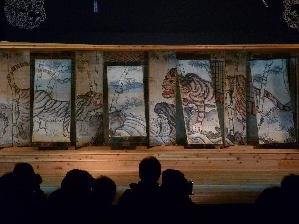 les panneaux de bois qui bougent, basculent, tournent pour laisser place à d'autres images..., puis le lieu dans son ensemble, une danse de la région, représentation de Kanroku, et ma démonstration de Wayang