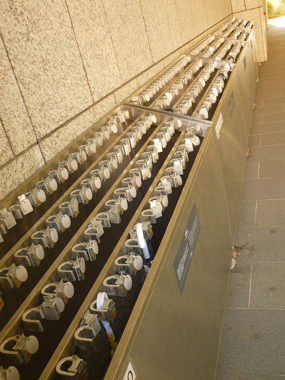 un lavabo 3 en 1 tout intégré (l'eau, le savon, le séchoir), des bornes réparties dans la ville pour pouvoir recharger son portable (dans des boitiers étanches !), des alignements de centaines d'emplacements pour parapluie, les distrbuteurs de boissons tous les 50m (je vous jure !! tous les 50m vraiment ! et très souvent plusieurs alignés, un seul ne suffisant pas j'imagine !) et un exemple de salarymen (employés de bureau) comme on en voit partout toute la journée dans la rue au Japon (et le soir ils se baladent sans la cravate et vont boire des coups jusqu'à être ivres...)