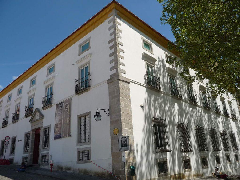 La Cathédrale, le Musée, le cloître du couvent, le jardin de Diane.