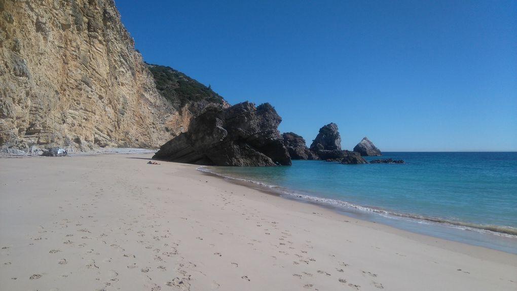 La plage Ribeira do Cavalo à Sesimbra, dans le top 10 des plus belles plages du Portugal