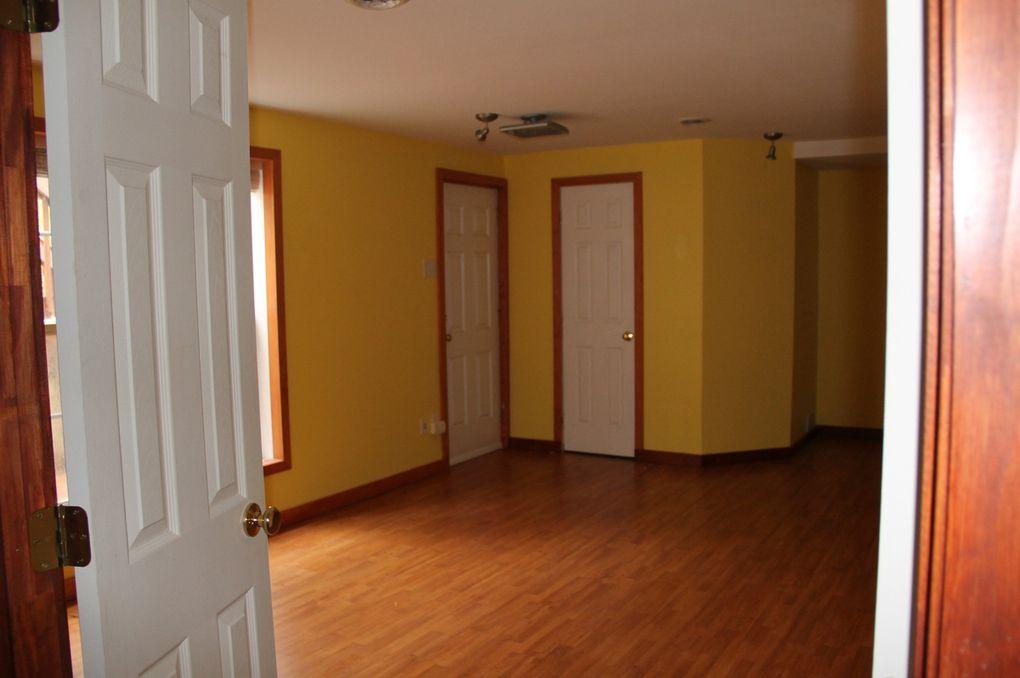 le sous-sol, avec rangements, deux pièces. Une pour mes appareils de sport, et l'autre en chambre avec salle de bains.Le tout donnant sur la terrasse du bas