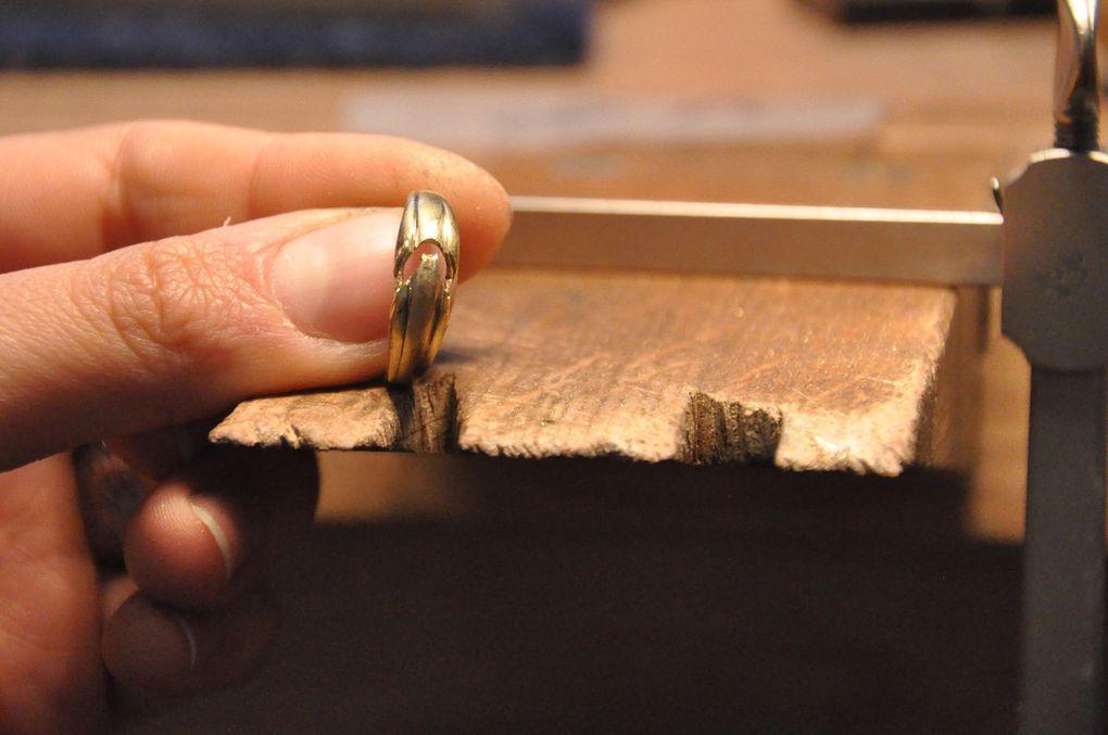 """Bague en or jaune 750 et diamants. Il a fallu d'abord déssertir les 5 diamants présents et retirer le """"V"""" pavé. Ensuite, j'ai re-fabriqué cette partie dans la plaque, l'ai soudée et ai fini son façonnage sur le corps de bague. Une fois les mises en pierre faites, un petit tour chez mon mentor et sertisseur, M. Le Maux, à Rennes (je laisse pour le moment ce genre de travail de sertissage à ses mains plus expertes que les miennes en matière de """"grains"""") et hop !"""