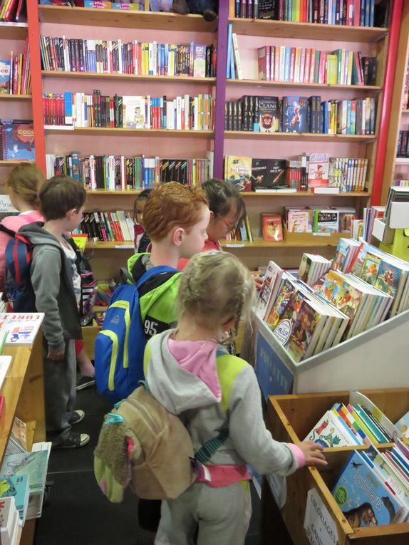 """Dans le cadre de notre thème d'école sur les métiers et plus particulièrement sur les métiers du livre (pour cette première période), nous sommes allés à la rencontre de nos libraires (chez Sillage) pour découvrir leur métier. Nous avons été reçu par Christine qui nous a expliqué les différentes étapes de fabrication du livre jusqu'au lieu de vente. Elle nous a aussi donné des explications sur le prix des livres et sur les différentes taches du libraire. Chaque enfant est reparti avec un livre cadeau de la librairie. Un grand """"Merci"""" à toute l'équipe."""
