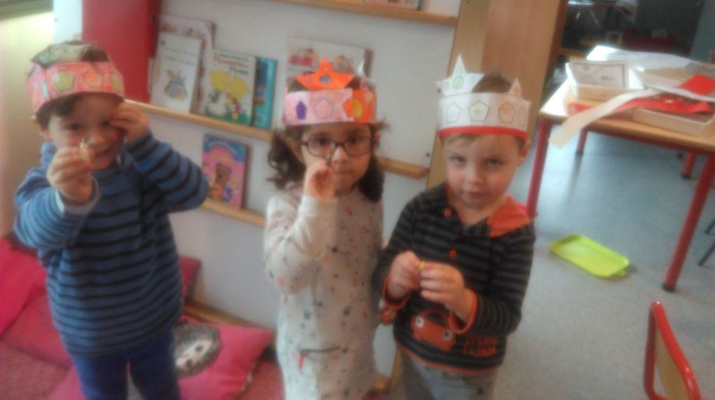 Nous avons réalisé 3 galettes des rois une à la compote et deux à la frangipane chocolat, c'était bon on s'est bien régalé. Pendant que les galettes étaient au four nous avons colorié de belles couronnes.