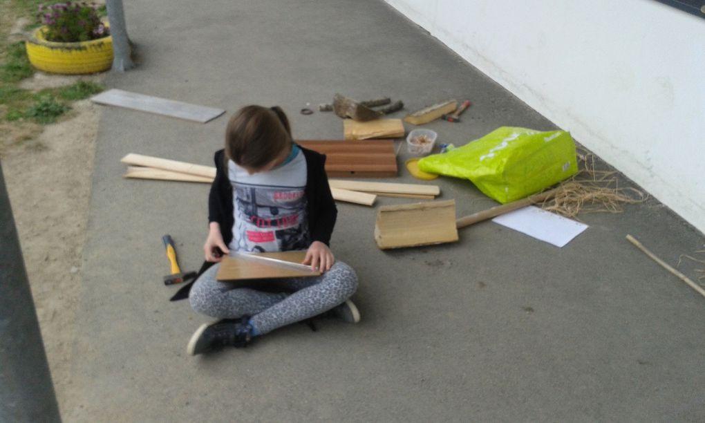 Les élèves de cycle 3 ont crée des instruments de musique avec du bois de récupération qu'ils ont ensuite installé dans le potager.