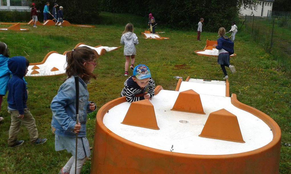 Au camping, après l'installation et avant le repas: mini-golf, jeux (toboggan, balançoires, jeux de quilles....)