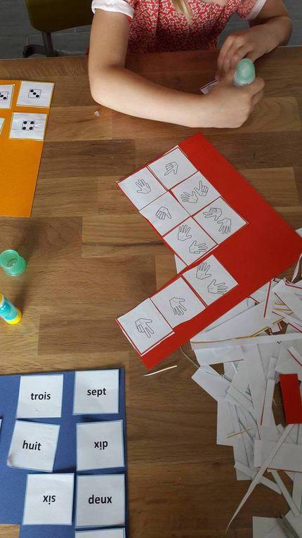 Découpage et collage des cartes avec Chouquette