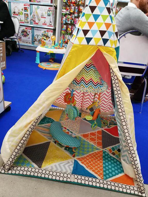 Infantino : un tipi d'éveil, une table d'activités évolutive qui peut se transformer en table classique, un dauphin veilleuse tout doux, lavable et à la lumière multicolore