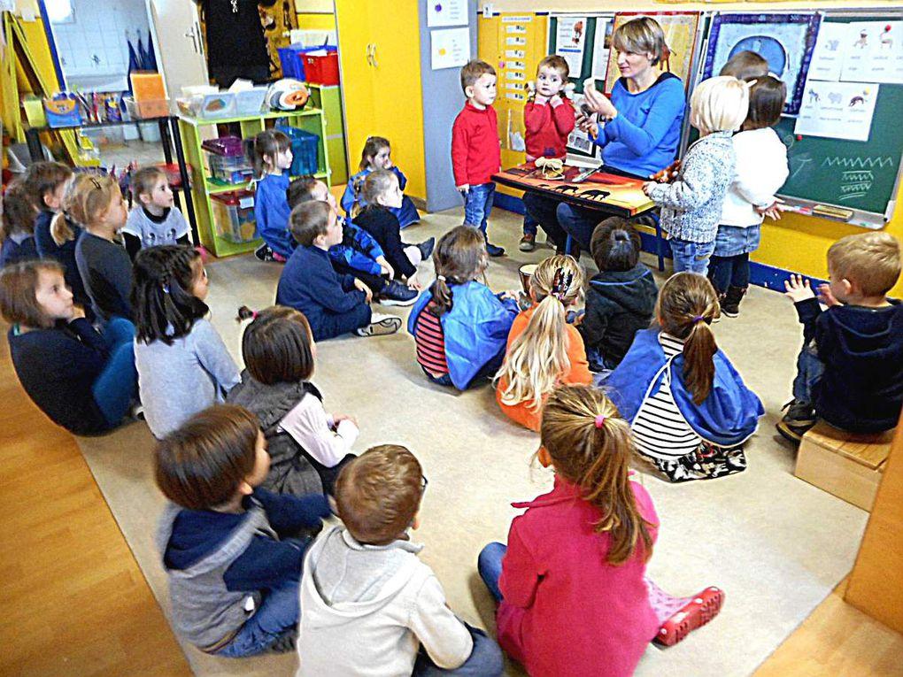 Chacune des mascottes partage à présent, avec l'autre classe, les trésors ramenés de son voyage en Afrique. Pour aider Ulysse et Bambou, des enfants les accompagnent dans cette activité.