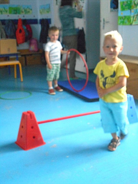 Les enfants ont répété leur petit spectacle sur le thème du cirque. Ils ont tenu différents rôles : acrobates, funambules, lions passant dans un cerceau, danseurs, clowns.