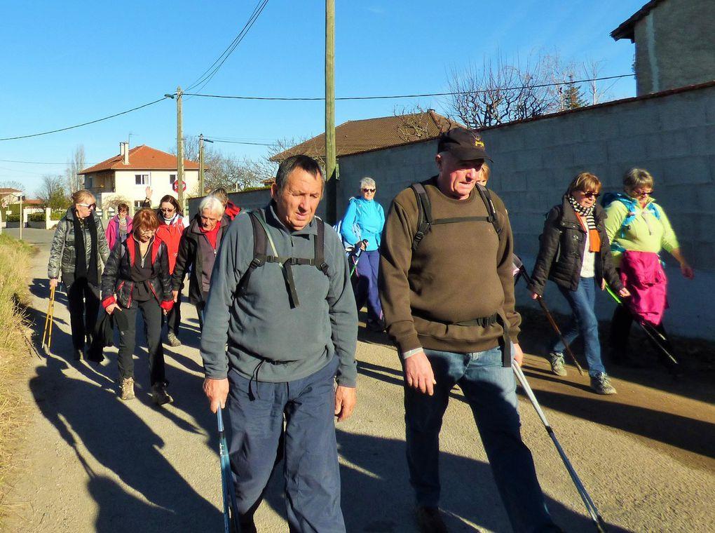 Après les embrassades le démarrage, 37 personnes a la grande marche départ par Rachasset ou en haut de la côte on fait une première pause.