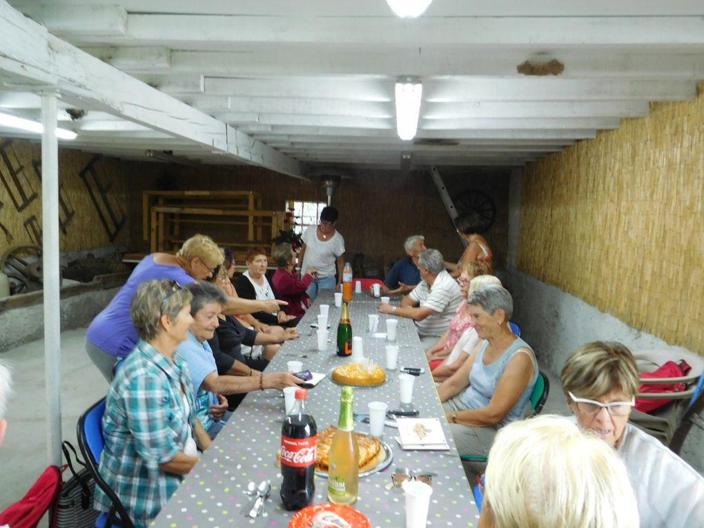Après tout le monde se retrouve chez Josiane et René pour fêter les anniversaires d'Andrée et Monique ( gâteaux et boissons à profusion )