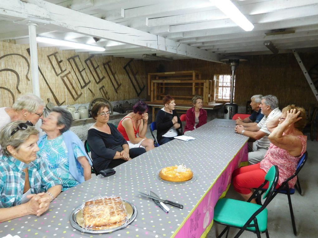 Au retour tout le monde se retrouve chez Josiane pour fêter les anniversaires d'Andrée et Monique ( gâteaux et boissons à profusion )