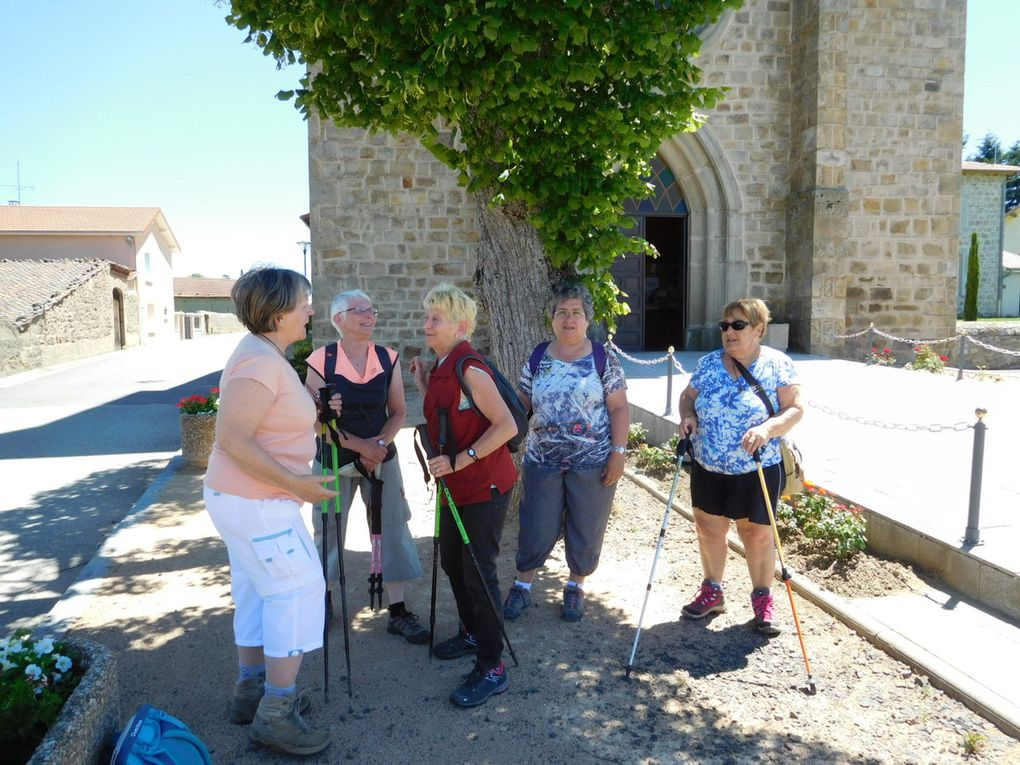 Sous un soleil radieux, départ de la place de l'église de Margerie pour 21 marcheurs
