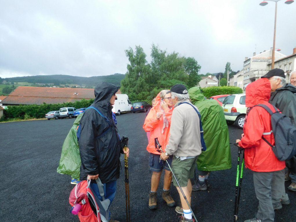 Départ  de St Bonnet sur le parking devant le Beffran. Les vêtements de pluie sont de rigueur car il pleut un petit peu.