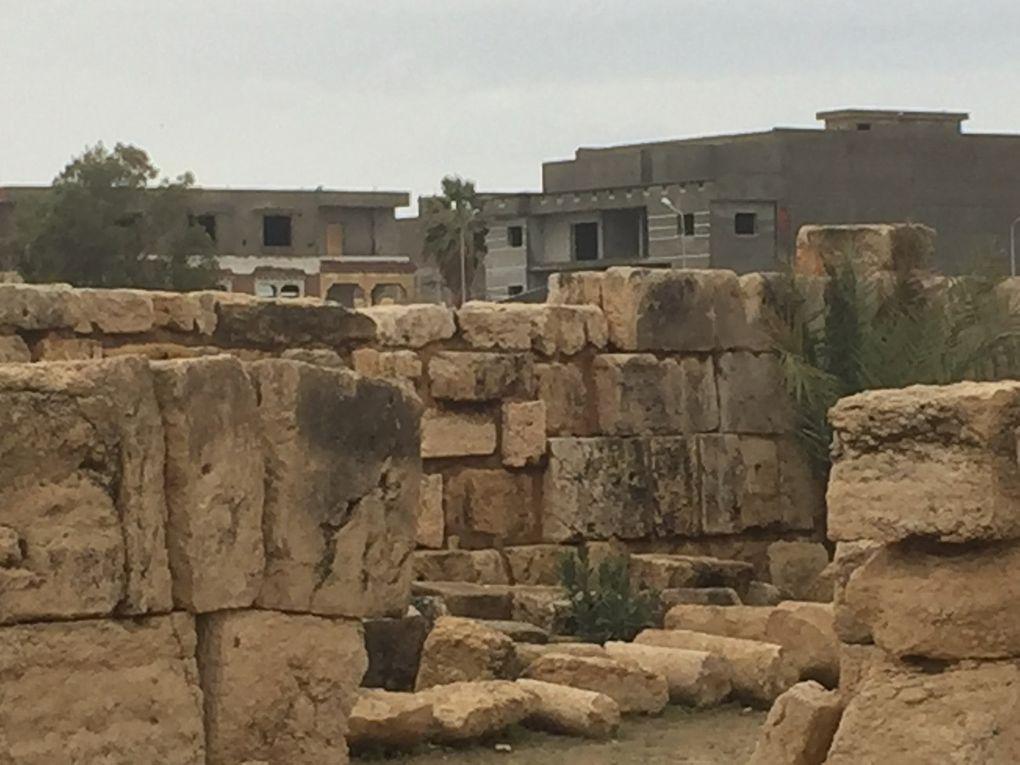 En arrière plan du site antique, le béton. Les environs du site antique devraient respecter un cahier des charges.