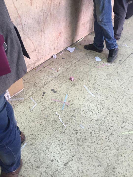 4 policiers et un chef de poste pour des photos au centre de tri de la poste à Charguia ...