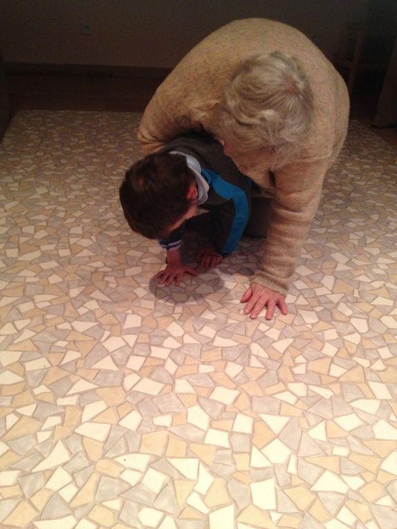 Christiane plie et déplie mes jambes en chantant Gugus. Je m'entraîne à rouler comme un rhinocéros, à pousser avec mes pieds en m'appuyant sur Christiane, à marcher à quatre pattes comme un chat, à siffler, à respirer, à produire des sons et à mastiquer.