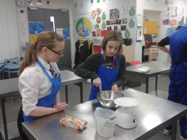 During the Erasmus+ Body mobility in England, English French and Portuguese cooked nice cakes in a cooking lesson. Or how to feel better with simple things!