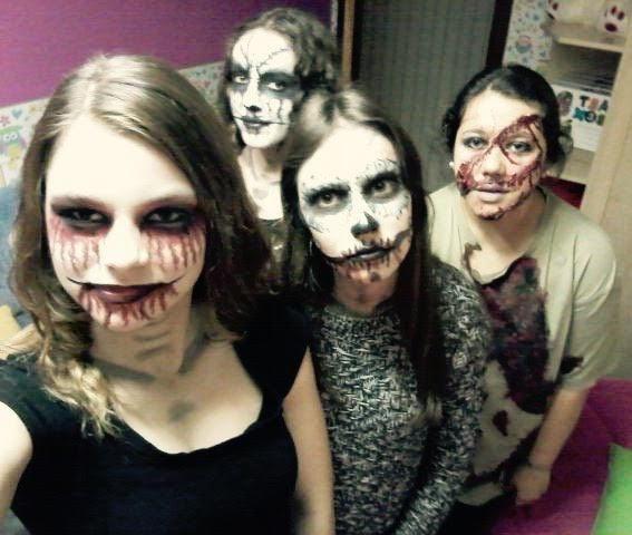 Makeup halloween worshop for high school students and disabled people from San Xerome Association.