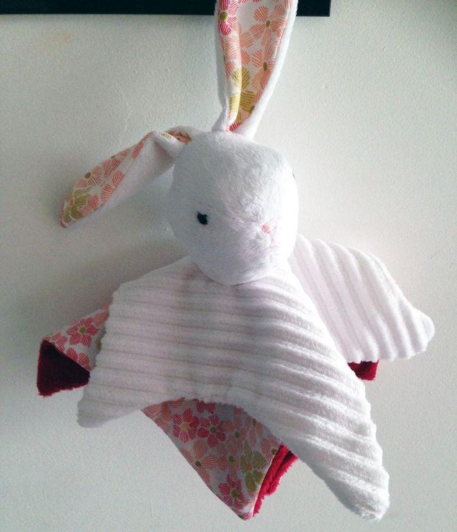 Le petit lapin en minkee tout doux pour la jolie Charlotte.
