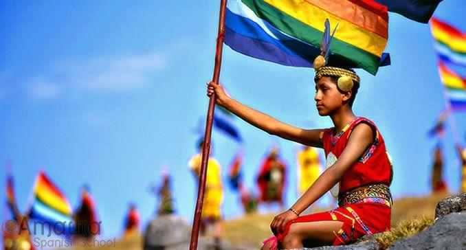 Le drapeau symbolisant le Tahuantinsuyo (empire inca) a été créé en 1973 par Raúl Montesinos, pour commémorer le 25ème anniversaire de sa radio à Cusco, puis adoptée officiellement en 1978 par Gilberto Muñiz, le maire de la ville de Cusco. Montesinos s'est inspiré des récits de chroniqueurs espagnols de l'époque coloniale décrivant les étendards incas aux couleurs de l'arc-en-ciel. Dans le monde andin, la présence de cette bannière arc-en-ciel ne signale donc pas un établissement gay friendly.