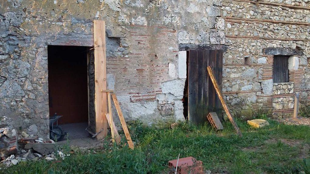 2 portes au nord, transformées en fenêtre (salle de bain et WC), puis une porte existante et élargie
