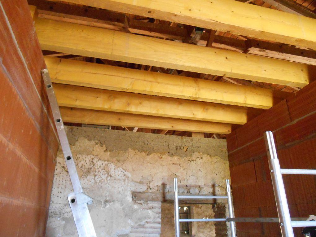 Nous avons posé des madriers de 5 mètres de section 75x225, ancrés et scellés dans les murs, puis posés sur les murs de cloisons intérieures. Les hauts de ces murs sont chainés et bétonnés. Avec Pascale, nous avons monté et positionné ces madriers en 1 jour et demi, aidés par un monte-charge, loué chez Kiloutou. C'était bien pratique, car c'est lourd ces bêtes là.