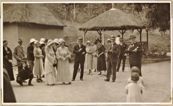 Le poste de douane à Pontaut (Espagne) &#x3B; quelques photos de la bonne société coloniale en Afrique. Archives de l'Outre-Mer.