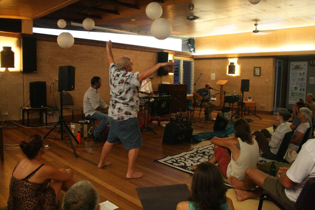 concert-kirtan dans la salle commune avec Alissa et son groupe / concert-kirtan in the hall with Alissa and her band