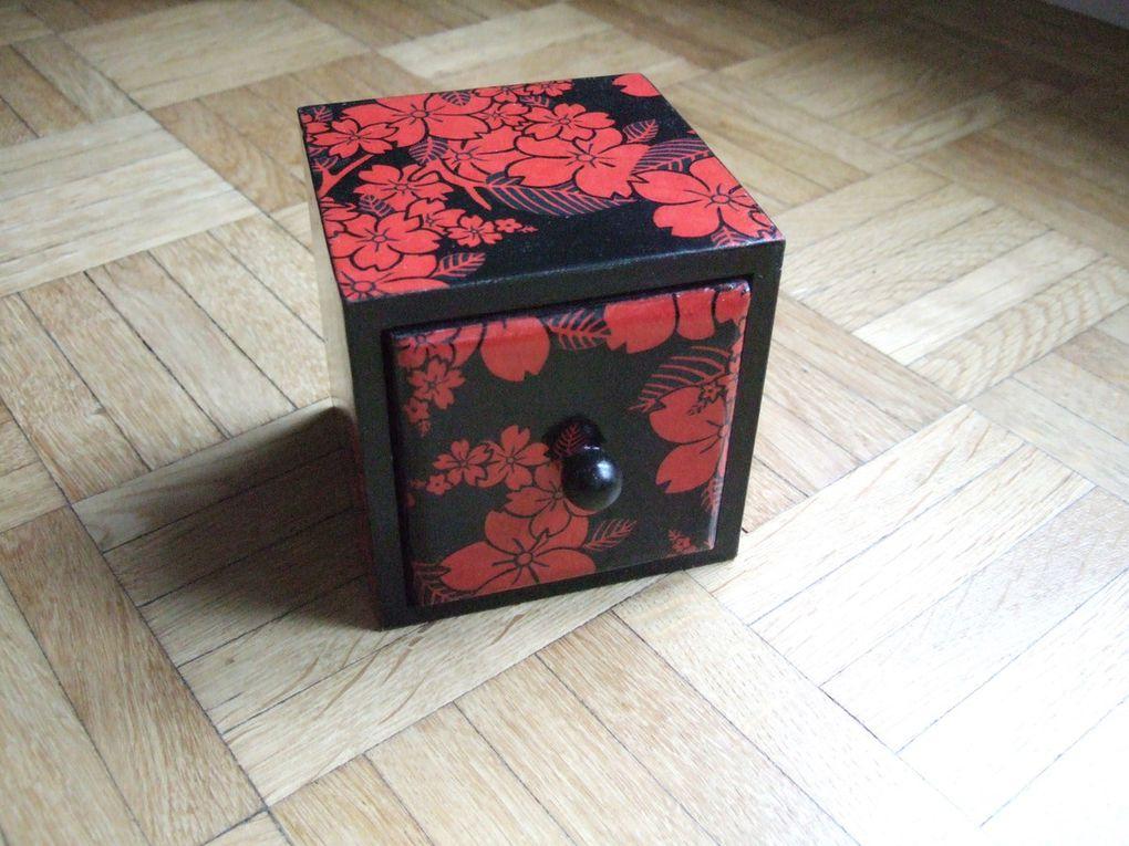 Coffret carré noir et rouge