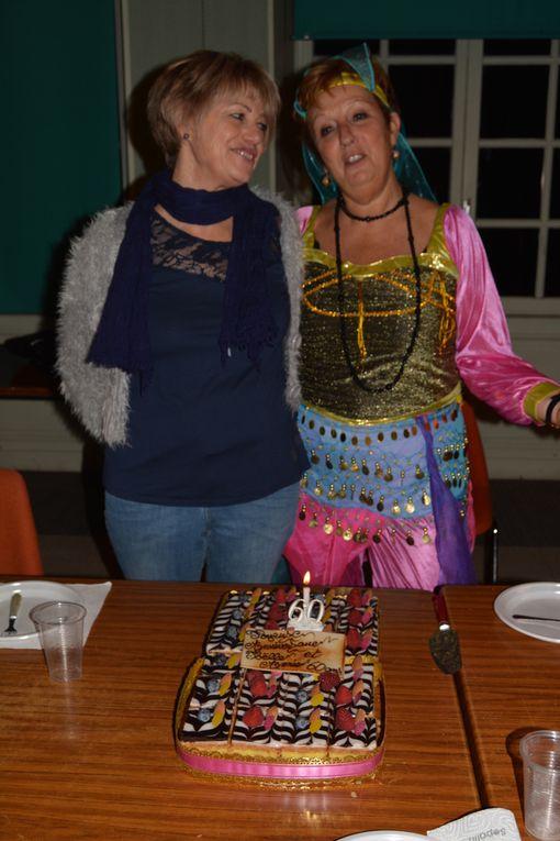 Très belle soirée remplie de belles surprises pour deux belles cowgirls, après avoir bien fait la fête nous nous sommes tous réunis autour d'une belle table.