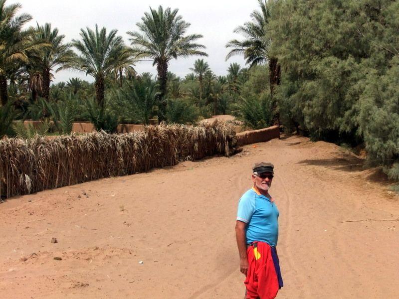 a coté de Zagora nous allons à pied au village d Amezrou qui longe un ancien ksar en suivant le canal on atteint une luxuriante palmeraie ainsi que de nombreux jardins la peau des habitants devient plus fonçée